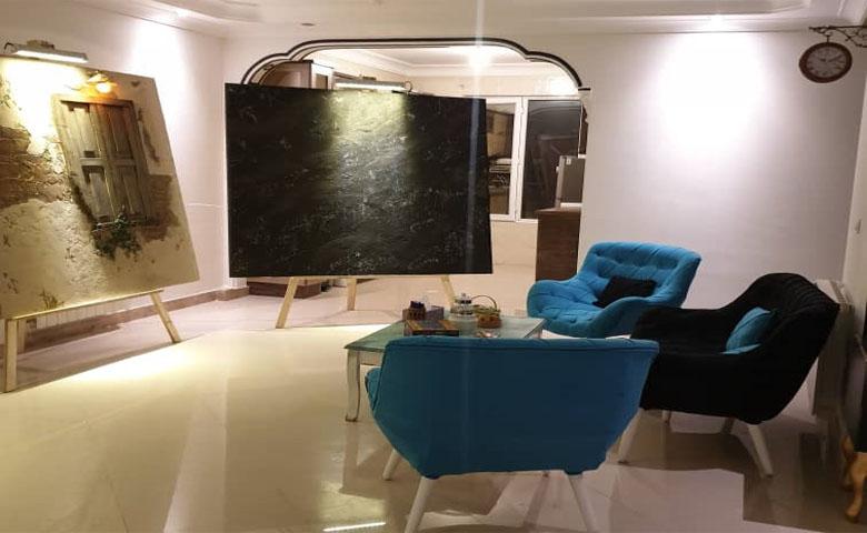 تصویر تابلو نقاشی و مبل آبی آپارتمان